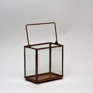 Bronzas lukturis no stikla